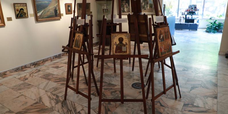 «Երեք բերկրանք» խորագրով ցուցահանդեսում ներկայացված են նաև հայ արվեստագետ Արսեն Աբրահամյանի ստեղծագործությունները