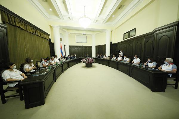 Prime Minister Nikol Pashinyan receives the Armenian Olympic team